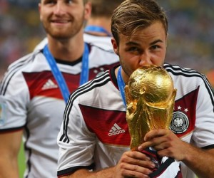 Mario-Goetze-kisses-the-2014-trophy