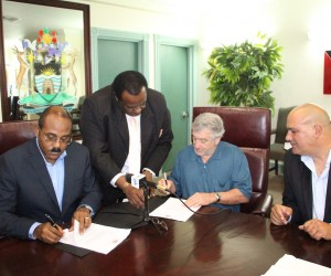 Hollywood actor, Robert De Niro, 2nd from r, signing the MOA with Antigua PM Gaston Brown, l, on Nov. 28, 2014. (Antigua Govt. image)