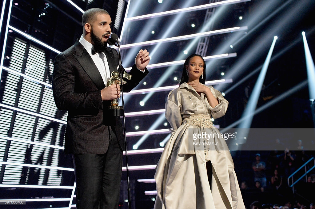 drake-introduces-Rihanna-VMAS