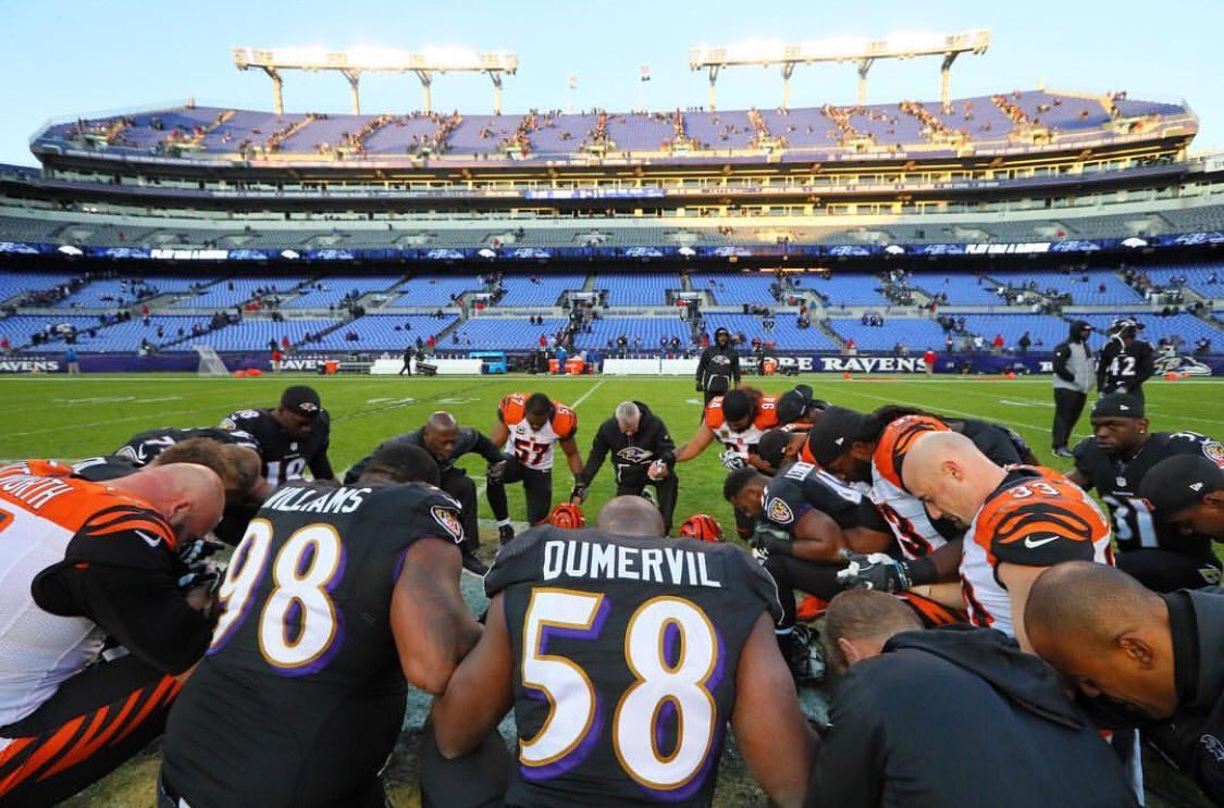 elvis-dumervil-ravens-win-nov272016