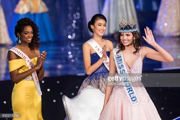 Yaritza Miguelina Reyes Ramírez, Miss World 2016 runner-up is seen at left.