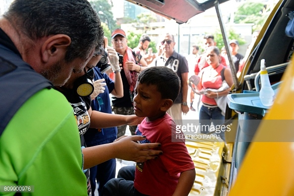 venezuela-mall-tear-gass-3