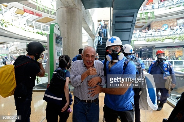 venezuela-mall-tear-gass-4