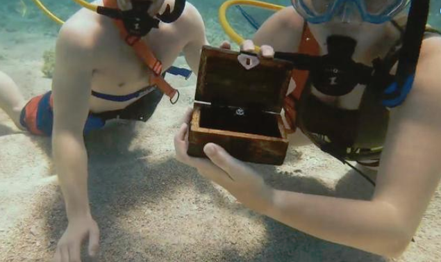 man-proposes-to-girlfriend-under-water-in-the-DR