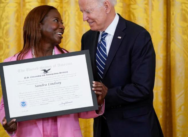 nurse-sandra-lindsay-receives-award-from-biden