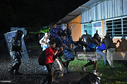 mexican-officers-detain-migrants
